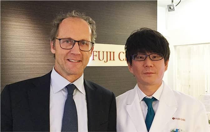 Allergan Japan株式会社代表取締役社長マーク・ヴァイデルハイデン氏と院長の写真